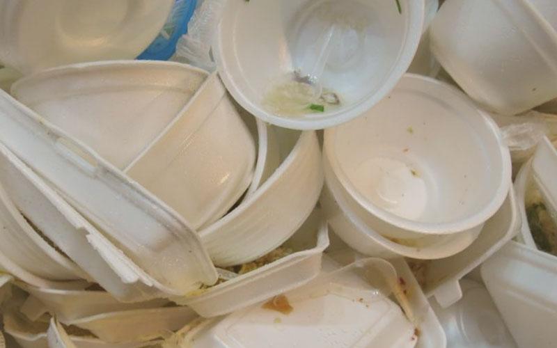 Mal manejo de platos de plástico