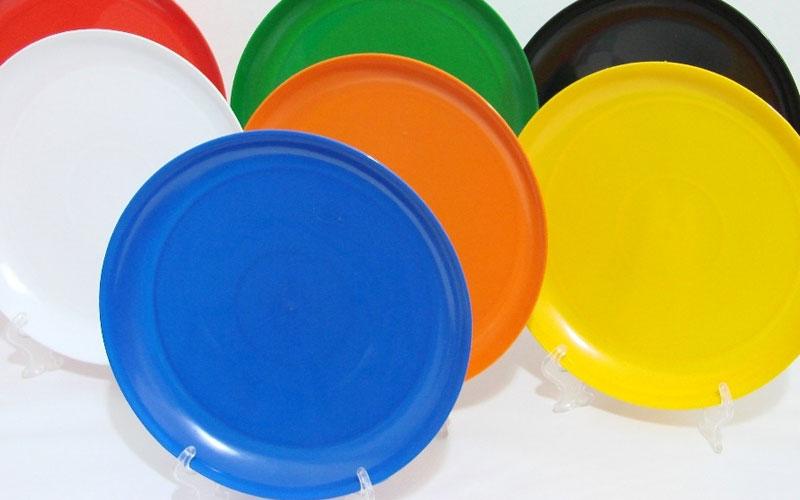 Platos de plástico de colores